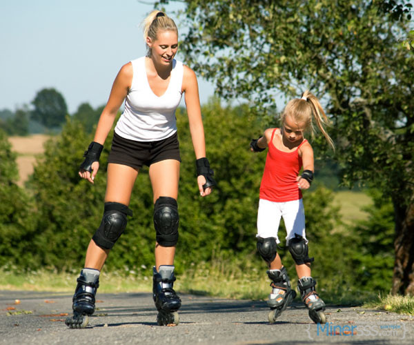 550063528bbd4-mother-child-roller-blading-s3